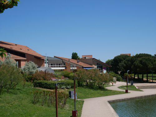 Parc odyssud à Blagnac idéal pour sorties en famille. Lieu kids friendly sur toulouse et sa région. Vue sur la médiathèque et ludothèque