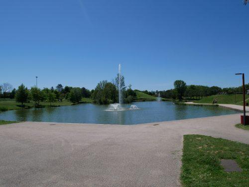 Parc odyssud à Blagnac idéal pour sorties en famille. Lieu kids friendly sur toulouse et sa région. Vue sur jet d'eau et bassin