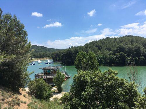 Lac de la Cavayère à Carcassonne. Vue au loin sur le parc Aquaviva