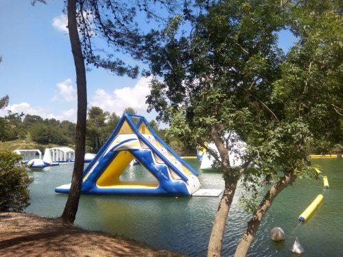 Parc Aquaviva au lac de la Cavayère à Carcassonne. Lieu kids friendly et idéal pour sorties en famille. Structures gonflables