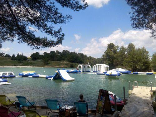 Parc Aquaviva au lac de la Cavayère à Carcassonne. Lieu kids friendly et idéal pour sorties en famille. Terrasse avec vue sur le parc