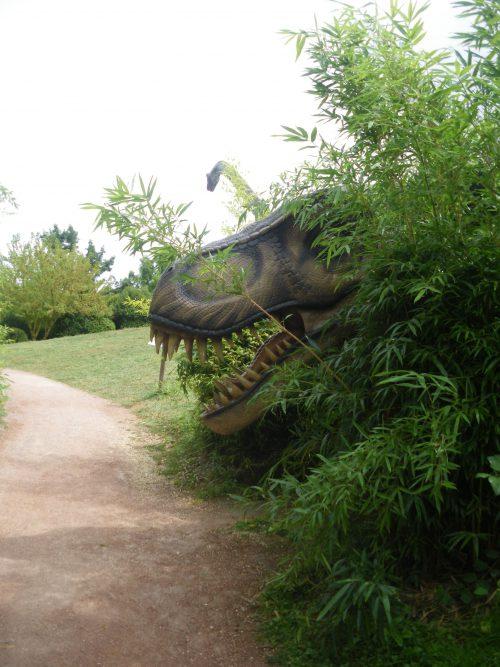Parc Planet Exotica à Royan. Kids friendly et idéal pour sorties en famille. Tyrannosaure à l'entrée de l'île