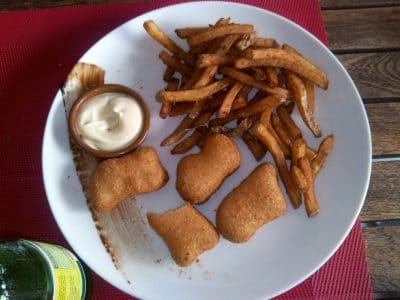 Restaurant Les Mets d'Alice idéal pour sorties en famille à Seignosse. Ici menu enfant avec nuggets et frites maison