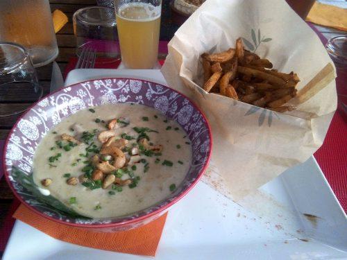 Restaurant Les Mets d'Alice idéal pour sorties en famille à Seignosse. Ici poulet à la cacahuètes et frites maison