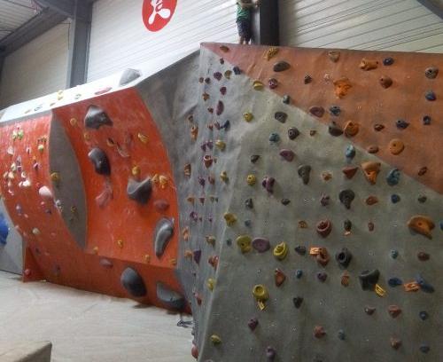 Salle d'escalade Altissimo à Toulouse Montaudran pour une sortie en famille. Adaptée aux débutants et kids friendly.
