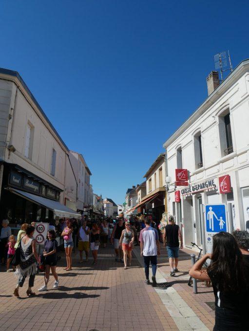 Fouras les bains en Charente Maritime, pour vacances en famille au bord de l'océan. Rue commerçante