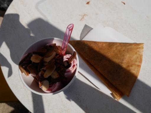 Fouras-le-glacier-des-trois-phares-ice-roll-fraise-bannane-chocolat-amande-crepe