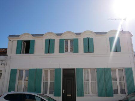 Fouras les bains en Charente Maritime, pour vacances en famille au bord de l'océan. La maison blanche aux volets turquoises