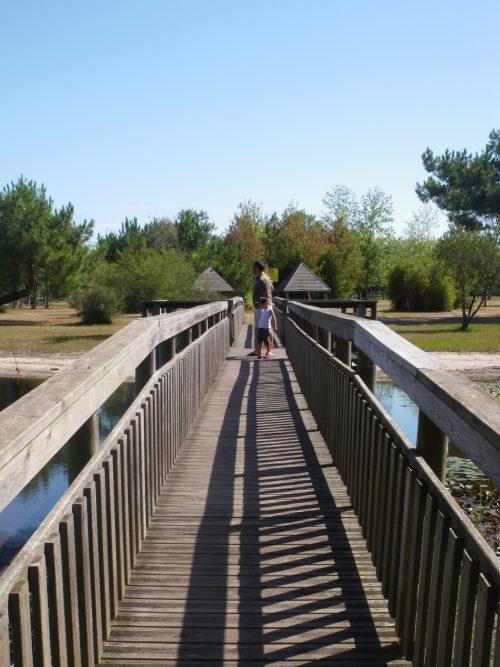 L'île aux enfants à Hourtin port, une sortie en famille kids friendly. Le pont