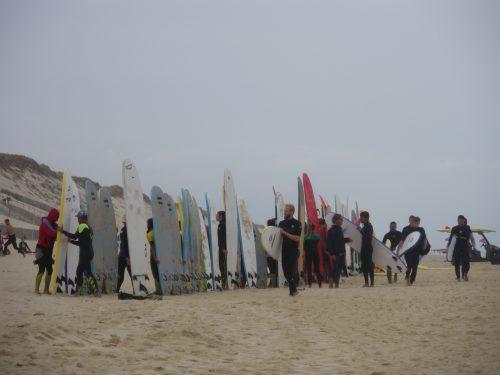 Hourtin plage. Surfeurs sur la plage.