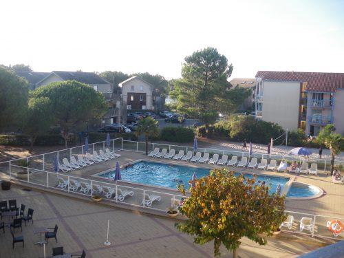 Résidence Odalys du port à Hourtin port. Kids friendly et adaptée aux vacances en famille. Vue sur la piscine.