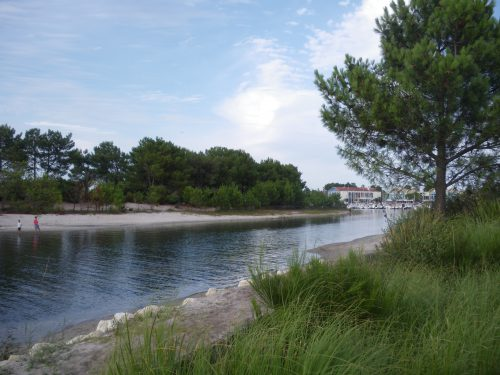 Hourtin port. Canal et résidence Odalys du port