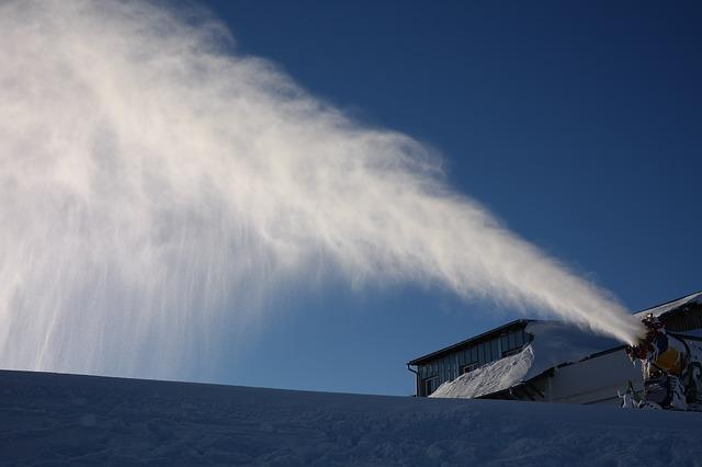Neige-en-famille-pyrenees-canon-a-neige